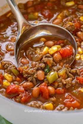 Uma colher de sopa de sopa de taco da minha receita favorita de sopa de taco. É a refeição perfeita para qualquer dia da semana!