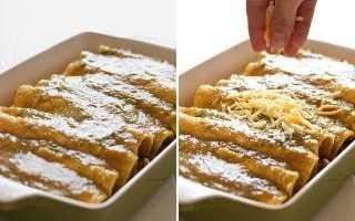 Enchiladas verdes cubiertas con queso rallado
