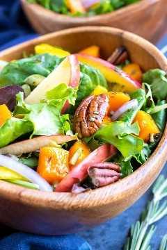 Mezcla de verduras con nueces, manzanas y calabaza con un aderezo de vinagreta de sidra de manzana.