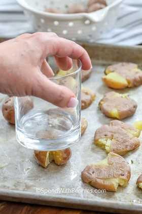 Patatas cocidas se aplanan con un vaso.
