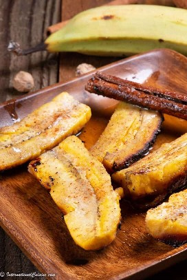 """Um prato cheio de banana daube """"data-pin-description ="""" Banana daube é uma sobremesa rápida, fácil e deliciosa das Seychelles, você vai adorar! #seychelles #seychellesfood #seychellescuisine #daubedebanana """"width ="""" 680 """"height ="""" 1019 """"srcset ="""" https://www.internationalcuisine.com/wp-content/uploads/2019/09/daube-de-banana.jpeg 680w https://juegoscocinarpasteleria.org/wp-content/uploads/2019/09/Daube-de-Banana-Un-postre-de-Seychelles.jpeg 200w, https://www.internationalcuisine.com/wp-content/ uploads / 2019/09 / daube-de-banana-600x899.jpeg 600w """"size ="""" (largura máxima: 680px) 100vw, 680px"""