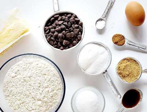 Ingredientes para galletas de chispas de chocolate con especias de calabaza