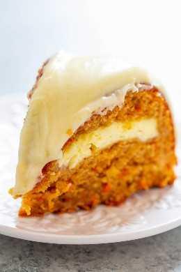 Pastel de túnel de queso crema de zanahoria y manzana con glaseado de queso crema - ¡Si te gusta el pastel de zanahoria, te ENCANTARÁ esta versión que incluye manzanas y un túnel de queso crema que atraviesa el centro! FÁCIL, increíble, y DEBE HACER !!