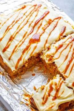 Pastel de zanahoria con caramelo salado y glaseado de queso crema: ¡el pastel de zanahoria suave y tierno con salsa de caramelo salado y cubierto con glaseado de queso crema picante es lo ÚLTIMO en decadencia! ¡Llamando a todos los fanáticos del pastel de zanahoria, les ENCANTARÁ esta versión!