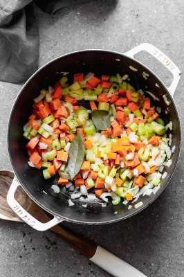 Verduras picadas en la tetera