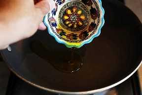 Precalentamiento de aceite de oliva en una sartén