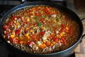 Sopa de lentejas mexicana a fuego lento en la estufa