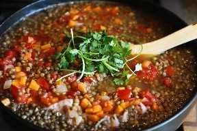Agregar Cilantro a la Sopa de Lentejas