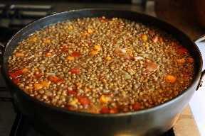 Olla de sopa de lentejas mexicanas en estufa