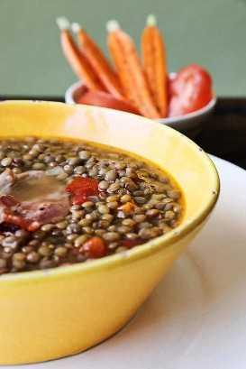 Tazón de sopa de lentejas mexicanas con verduras en el lado