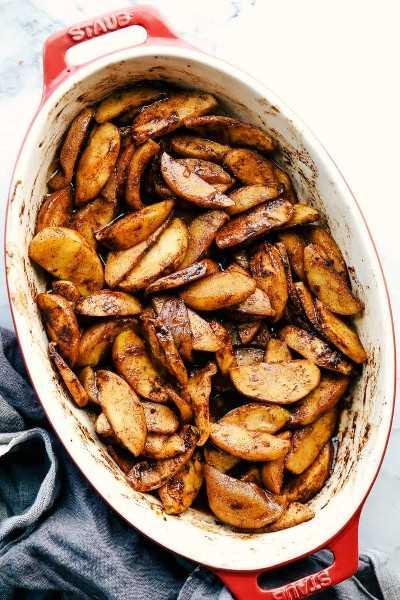 canela con azúcar morena manzanas al horno en hierro fundido