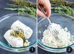 Queso de cabra, hierbas frescas y miel se mezclan en un recipiente de vidrio para una receta.