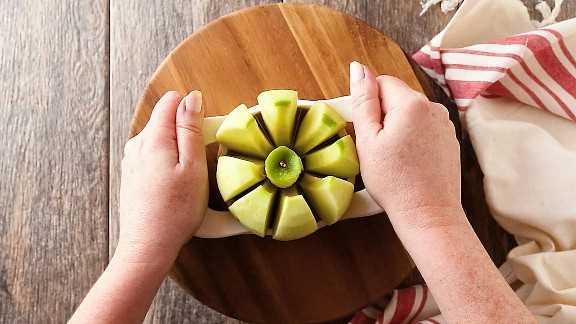 Cortar manzanas en octavos para empanadillas de manzana.
