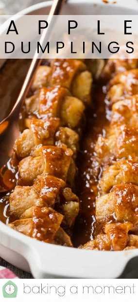 """Cerrar imagen de albóndigas de manzana al horno en una cacerola, con una superposición de texto encima de """"Apple Dumplings""""."""