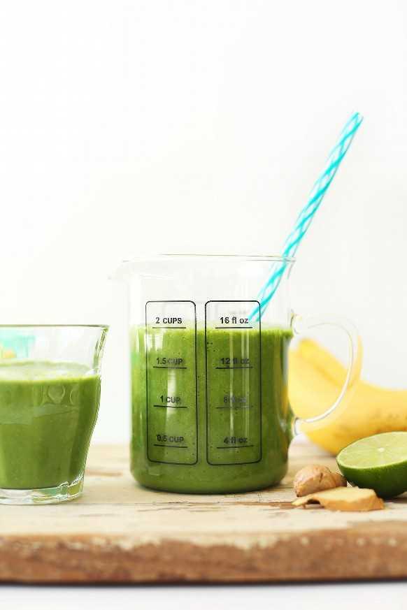Medición y servicio de vidrio con nuestra receta de batido verde de jengibre colada