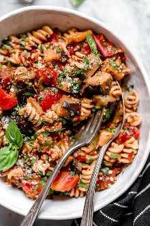 Esta sencilla salsa de berenjenas y tomates es deliciosa, hecha con berenjenas en cubitos guisadas con tomates y ajo. Me encanta servido sobre pasta, pero también es excelente sobre fideos de calabacín, polenta o como guarnición por sí solo.