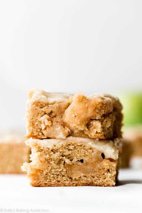 """Blondies de manzana """"width ="""" 600 """"height ="""" 900 """"data-pin-description ="""" Blondies de manzana blandas, mantecosas y masticables hechas con mantequilla morena, manzanas con canela salteadas y delicioso azúcar moreno. Cubra con glaseado de mantequilla marrón para el postre perfecto de otoño. Receta en sallysbakingaddiction.com """"srcset ="""" http://juegoscocinarpasteleria.org/wp-content/uploads/2019/09/Brown-Butter-Apple-Blondies.jpg 1200w, https: //cdn.sallysbakingaddiction. com / wp-content / uploads / 2019/08 / brown-butter-apple-blondies-3-500x750.jpg 500w, https://cdn.sallysbakingaddiction.com/wp-content/uploads/2019/08/brown-butter -apple-blondies-3-600x900.jpg 600w """"tamaños ="""" (ancho máximo: 600px) 100vw, 600px """"/></p> <p><strong>Título alternativo para esta receta:</strong> <em>Mantequilla</em></p> <p>Celebremos manzanas con rubias inmensamente mantecosas. ¡Estamos usando 2 barras de mantequilla en estas rubias de manzana con mantequilla marrón y definitivamente no debemos pensarlo dos veces! La buena noticia es que esta receta hace una sartén grande de 9 × 13 pulgadas, por lo que hay mucho para compartir.</p><div class='code-block code-block-2' style='margin: 8px 0; clear: both;'> <div align="""