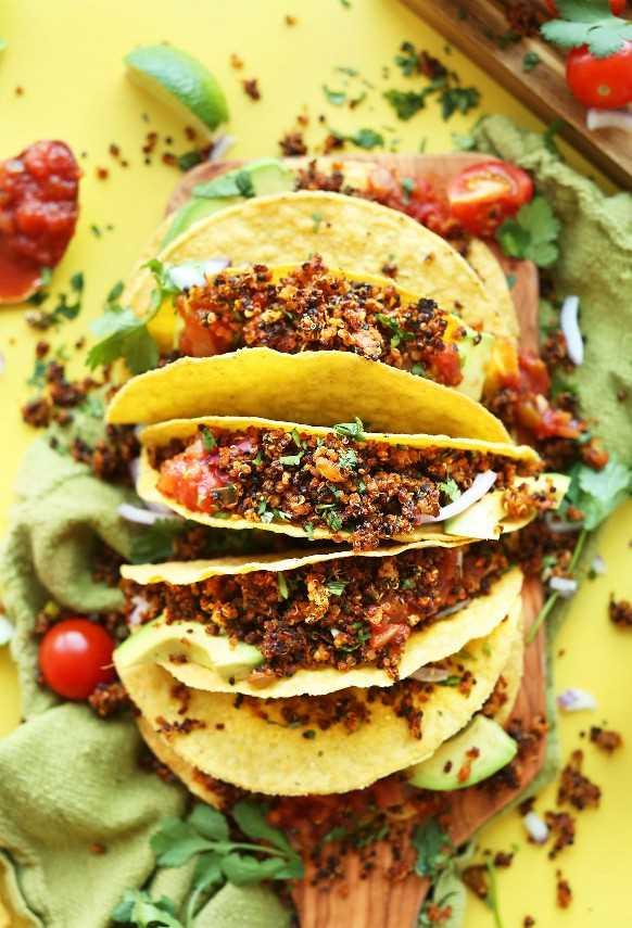 Varias tortillas de maíz con carne de taco de quinoa fácil para una comida vegana saludable sin gluten