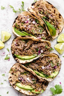 Carne de porco lenta Carnita ou carne de porco mexicana é a melhor receita de carne de porco mexicana, seja em omelete, taco ou em uma tigela de burrito.
