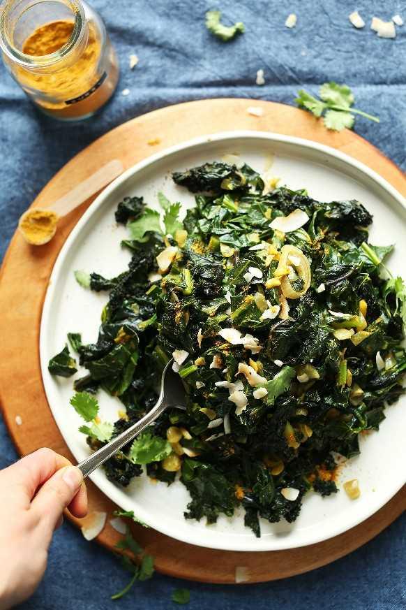 Agarrando una cucharada de nuestra increíble receta de Coconut Curry Greens