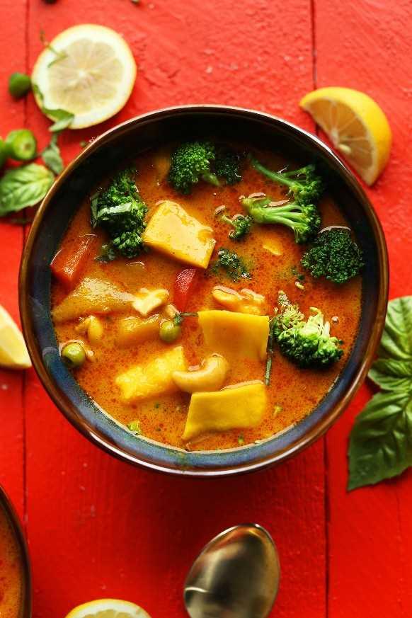 Tazón de nuestro delicioso curry de mango tailandés amarillo con pimiento rojo y anacardos