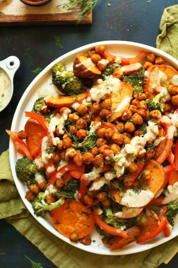 Gran porción de nuestra receta de ensalada de brócoli, camote y garbanzos para una comida a base de plantas