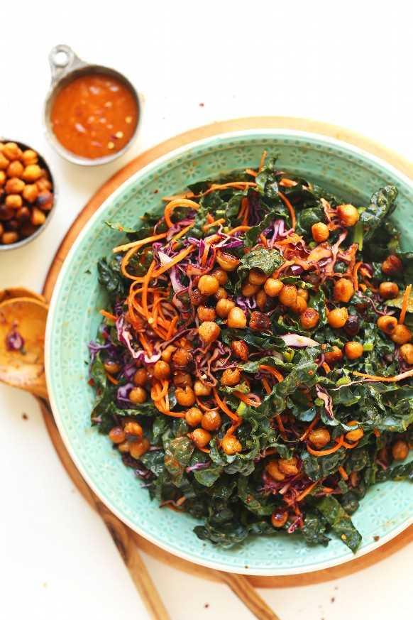 Plato grande de ensalada de col rizada asiática vegana sin gluten con garbanzos crujientes MISO