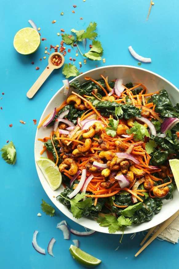 Ensalada Big Thai de zanahoria y col rizada con anacardos al curry para una ensalada vegana rápida