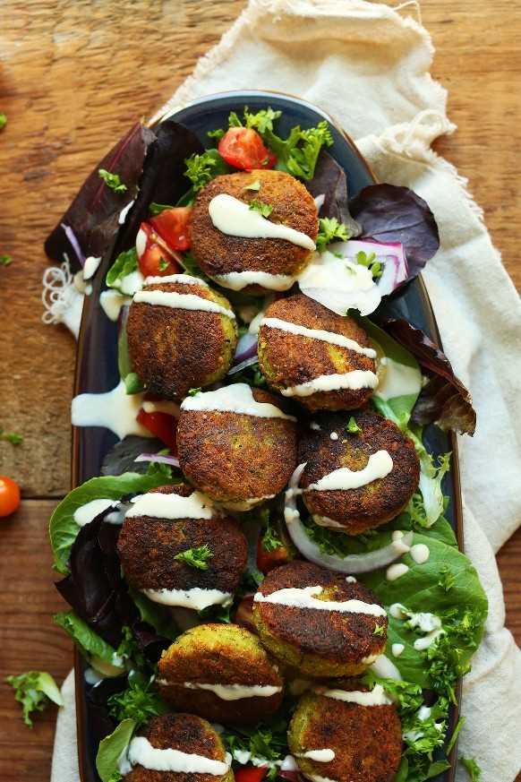 Plato con verduras mixtas cubiertas con nuestra receta de falafel clásico vegano de 10 ingredientes