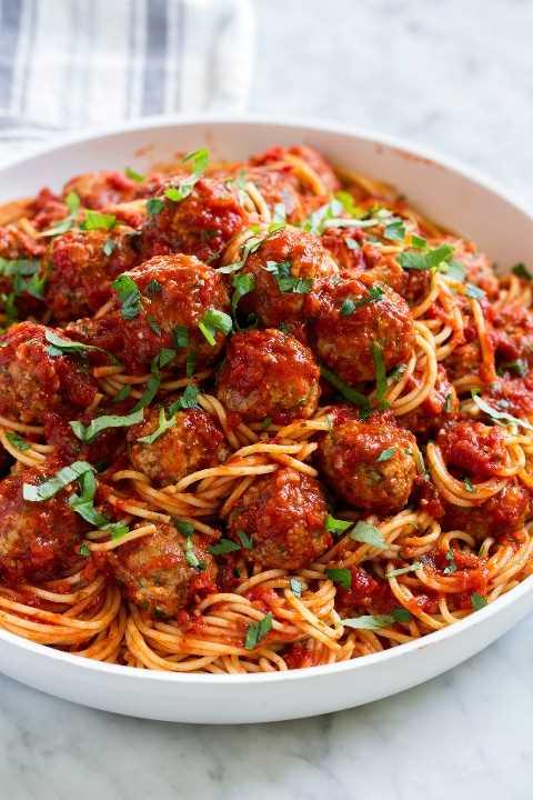 Tazón lleno de espaguetis y albóndigas.