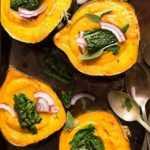 Sopa cremosa de otoño en tazones de calabaza bellota