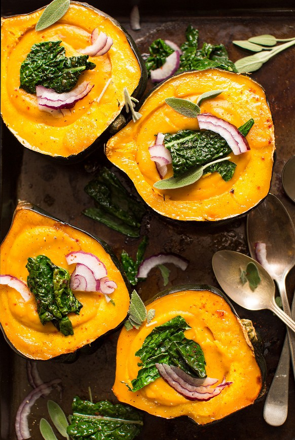 Sabrosa sopa vegana de calabaza servida en hermosas mitades de bellota