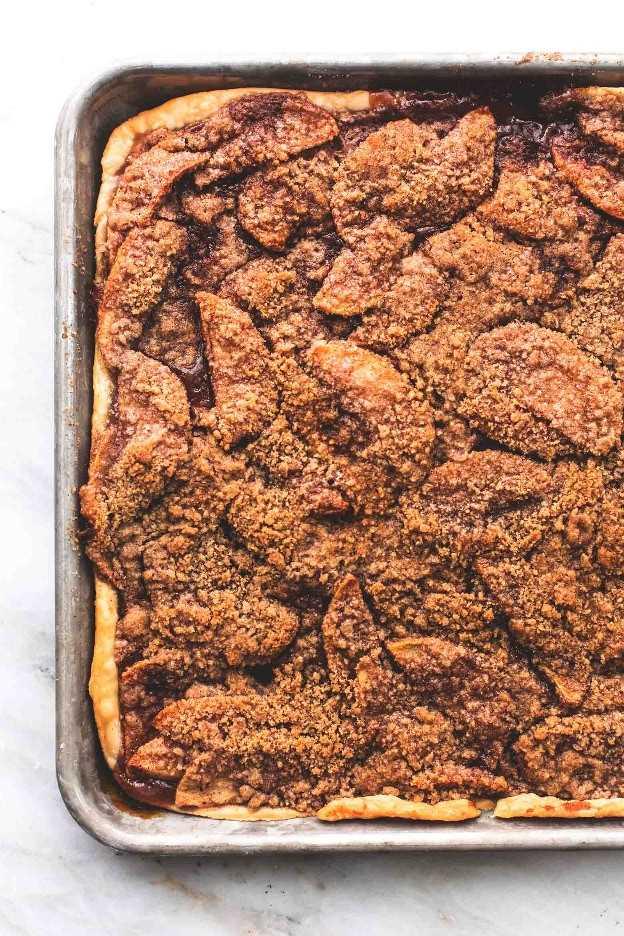 Fácil torta de maçã com cobertura de crumble e esmalte de bordo | lecremedelacrumb.com