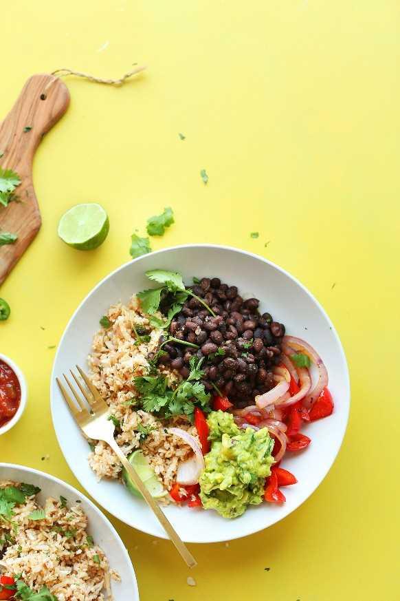 Tazones de burrito de arroz y coliflor con fibra y proteínas