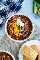 Imagen de arriba de chile servido en un tazón blanco con pan de maíz en el lateral.