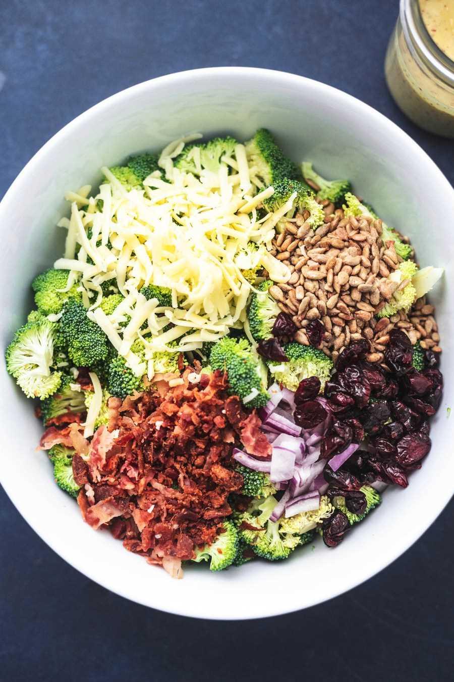 Receta fácil y sabrosa de la mejor ensalada de brócoli (¡sin mayo!)   lecremedelacrumb.com