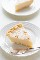 rebanada de tarta de crema de azúcar en un plato blanco