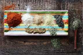 Prato de ingredientes para fazer tempero caseiro de taco mexicano