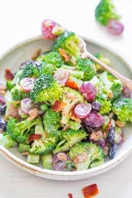 La mejor ensalada de brócoli: ¡mi receta favorita para la ensalada clásica con un aderezo picante que a todos les ENCANTA! ¡Sabor y textura en abundancia en esta ensalada FÁCIL que es perfecta para fiestas, picnics y comidas compartidas!
