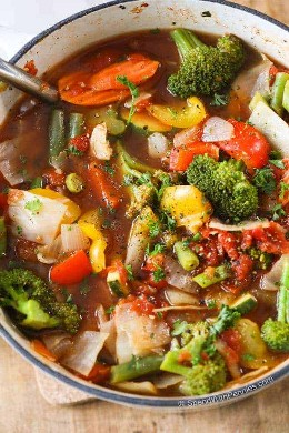 Receta de sopa de verduras para perder peso en un tazón