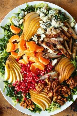 Ensalada de pera de invierno: ¡tan abundante con tantos ingredientes para sentirse bien! Con pollo al romero y limón, coles de Bruselas, pera + aderezo de miel y dijon. ¡SÍ POR FAVOR!