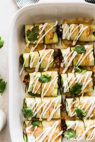 Enchiladas de calabacín cubiertas con crema agria y cilantro