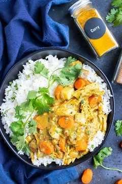 Instant Pot Chicken curry que se sirve en una cama de arroz basmati.
