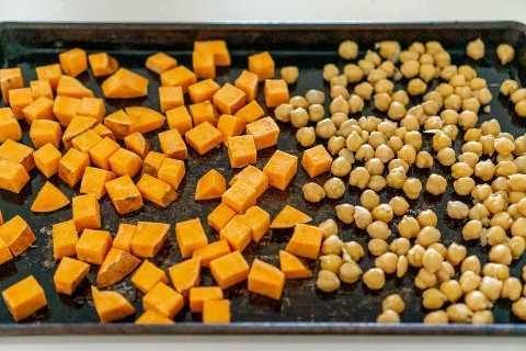 batata asada y garbanzos en una sartén