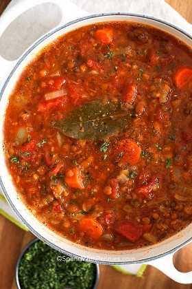 Una olla de sopa de lentejas lista para servir