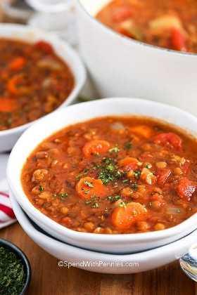 Un plato de sopa de lentejas con hierbas