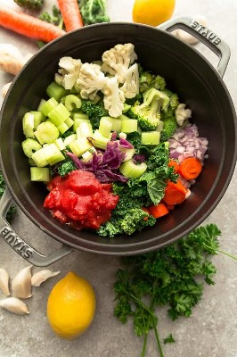 Verduras cortadas y preparadas en la olla