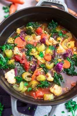 sopa de desintoxicación vegetal en una olla
