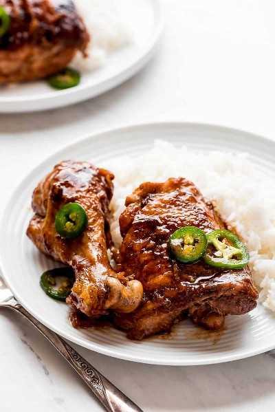 Adobo de pollo con jalapeños y arroz al lado.
