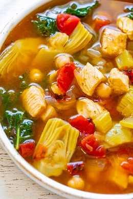 Sopa de pollo mediterránea de 30 minutos: ¡una sopa FÁCIL que es tanto SALUDABLE como HEARTY! ¡Cargado con pollo tierno, vegetales, garbanzos y más! ¡Listo tan rápido y es perfecto para las noches de invierno ocupadas y frías!
